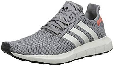 Zapatillas deportivas de la marca Adidas Swift para entrenar en el gimnasio. De color gris con detalles blancos y naranja.