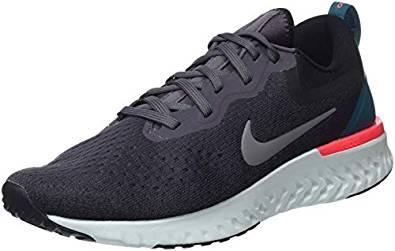 Zapatillas de la marca Nike, especiales para el deporte y el entreno en gimnasios. De color negro y detalles en blanco y rojo.